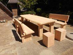 Deze robuuste tuintafel is gemaakt van douglas hout en het bovenblad van de kasteeltafel bestaat uit drie bladen De tafel heeft robuuste boomstampoten