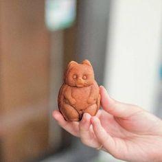 食べるのがかわいそうになるくらいなんともかわいらしいたぬきの型の人形焼き。良質な卵とはちみつを使用している生地の香りがたまりません。 Japanese Sweets, Animal Food, Cooking Recipes, Kawaii, Gifts, Animals, Vegan, Wedding, Japanese Candy