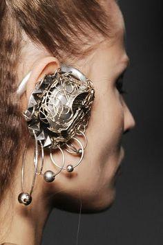 Karl Lagerfeld | fall 2009.  #fashion #headphones #headphoneearrings #earrings #jewellery   via: Six Six Sick.