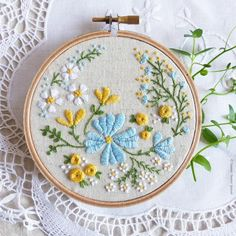 Garden Embroidery, Flower Embroidery Designs, Hand Embroidery Stitches, Embroidery Hoop Art, Ribbon Embroidery, Vintage Embroidery Patterns, Machine Embroidery, Brazilian Embroidery Stitches, Diy Embroidery Patterns