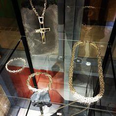 #isooblingii #925 #kuningasketju #dookierope #ice #risti #crosspendant #solid #handmadejewelry #hiphopjewelry Cross Pendant, Pearl Necklace, Handmade Jewelry, Ice, Pearls, Chain, Room, Crafts, Instagram
