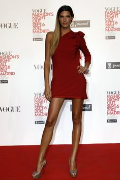 Great Fashion & # s Night Out: Red dresses that do not go out of style. What better than the hand of Laura Sánchez, a natural girl and, with a demeanor of envy! Fashion Night, Winter Fashion, Vogue, Celebrity Red Carpet, Out Of Style, Going Out, Night Out, Girls Dresses, Womens Fashion