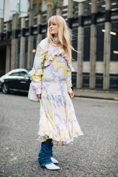 Street style à la Fashion Week automne-hiver 2017-2018 de Londres : robe longue sur jeans