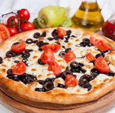 Pizza (Tortilla) mit Oliven und Tomaten