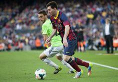 GRA213. BARCELONA, 16/03/2014.- El delantero argentino del FC Barcelona Lionel Messi (d) disputa un balón con el centrocampista Roberto Torr...