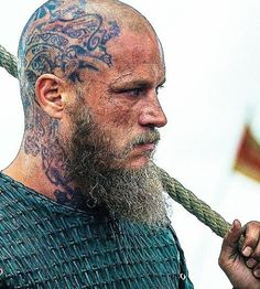 Ragnar viking's tattoo on head *-*