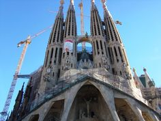 Cada cual merece escribir su historia en Barcelona. Y todas van a estar bien. Gaudi, Barcelona, Tower Bridge, Building, Travel, Modernism, Cities, Historia, Viajes