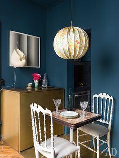 Квартира в Париже, 50 м² Dining Room Table, A Table, Dining Rooms, Navy Blue Walls, Hanging Lanterns, Bespoke Design, Creative Home, Home Living Room, Interior Design Living Room