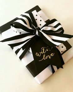 25 Cute Valentine's Day Gift Wrapping Ideas That Are Thoughtful & Personalised - Ethinify White Christmas Tree Decorations, White Christmas Trees, Christmas Party Themes, Christmas Tablescapes, Christmas Centerpieces, Creative Gift Wrapping, Creative Gifts, Wrapping Ideas, Wrapping Papers