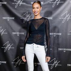 Red carpet da modelo Joan Smalls com calça jeans branca + transparência.