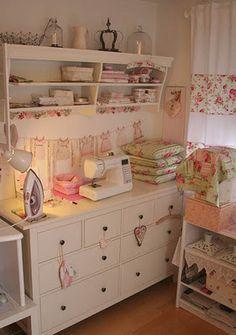 Lavanderia, lugar de arrumar as roupas de casa, sewing room, etc...