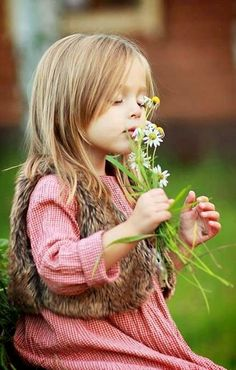 Flowers and girl but could be a bee or cute fuzzy animal with same expression… Precious Children, Beautiful Children, Beautiful Babies, Cute Kids, Cute Babies, Baby Kids, Little People, Little Girls, Foto Baby