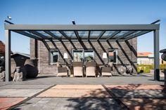 Große Terrassenüberdachung aus Aluminium in anthrazit - Q&S Gartendeco #terrasse #garten #gartengestaltung #sitzecke #modern #aluminium #grau
