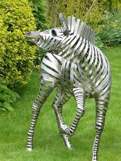 Artist: Galain - Anamalier - Zebra Galain seeks through its style, to develop another appearance of metal, less geometric, more integrated into our perception of the natural sculpture. Sculpture Metal, Horse Sculpture, Animal Sculptures, Sculpture Ideas, Abstract Sculpture, Metal Yard Art, Scrap Metal Art, Art Steampunk, Photo Animaliere