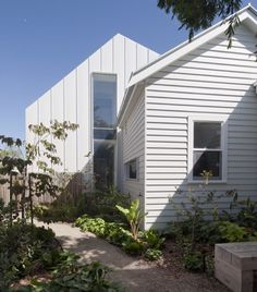 Like how they have CLAD the extension(?) VERTICALLY rather than continuing the horizontal cladding of the original structure - Clare Cousins Architects : Gable House House Cladding, Exterior Cladding, Facade House, Metal Cladding, Cladding Materials, Metal Siding, Exterior House Colors, Exterior Paint, Exterior Design