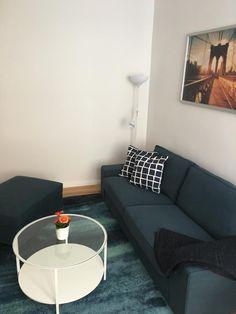 Wohnzimmer-Einrichtung: dunkelblauer Teppich, dunkelblaue Couch und schöner runder Glastisch.  #Wohnzimmer #livingroom #Einrichtung