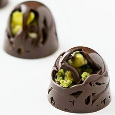 Chocolate Work, Chocolate Flowers, Chocolate Shop, Chocolate Molds, Chocolate Candy Recipes, Chocolate Garnishes, Chocolate Treats, Vegan Doughnuts, Cacao Recipes