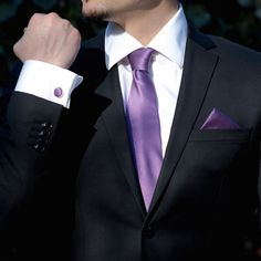 Daca esti pe cale sa te insori sau participi la o nunta in calitate de tata socru, cavaler de onoare sau nas, poarta accesorii de ocazie in culori regale, care iti vor completa cu stil tinuta de ceremonie. Setul mov de nunta format din cravata si batista din poliester, respectiv butoni camasa de forma rotunda cu cadru argintiu din otel inoxidabil este perfect pentru orice anotimp. Movul este o culoare placuta care da o pata de culoare oricarei tinute. Prin urmare, nu ezita sa porti la… Nasa, Cufflinks, Tie, Fashion, Black Suits, Shelf, Moda, Fashion Styles, Cravat Tie