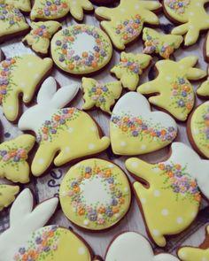 Two Tone Cookies Gourmet Cookies, Iced Cookies, Crazy Cookies, Fun Cookies, Easter Snacks, Easter Treats, Summer Cookies, Easter Cookies, Easter Biscuits