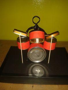 Een drumstel van blikjes. Sinterklaas surprise.