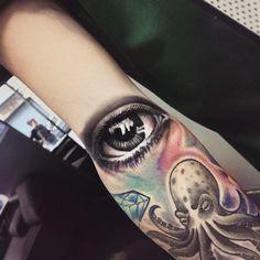 Eyes tattoo, tatuaggio occhio, occhi realistico, realistic eye, octopus tattoo, polipo tatuaggio, details, dettagli, turin , torino, tattoo by edwin Basha, smooth, realistic eye