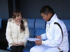 テレビ東京・紺野あさ美アナウンサー(左)の取材をうける日本ハム・大嶋=鎌ヶ谷