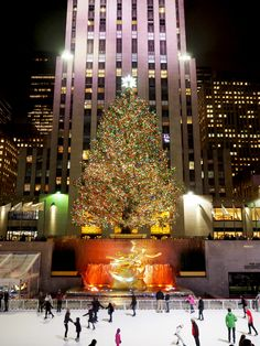 ROCKAFELLA CENTRA CHRISTMAS TREE  NEW YORK TRAVEL DIARY - PART 2 - Bang on Style Top tips for travelling to New York including places to go, restaurants and tourist places to visit