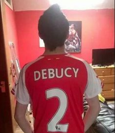 Un supporter d'Arsenal se plante en floquant son maillot - http://www.actusports.fr/113263/supporter-darsenal-se-plante-en-floquant-maillot/