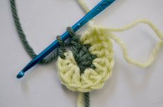Freeform crochet two-color spiral tutorial