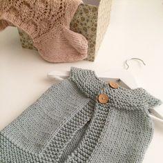 """Hvem sier at strikk ikke kan være kunst? Jeg kaller dette: """"Opphengt Enkel vest og hengslengt Floratopp"""".  #strikkekunst#instaknit#knittinginspo#knittingcrazy#T8#strikkestylist"""