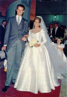 La princesse Clotilde d'Orléans fut la première à se marier en 1993 avec Edouard Crépy. Une cérémonie qui se déroula sur le domaine de Villamanrique de la Condesa, propriété du prince Pedro d'Orléans-Bragance (frère de la comtesse de Paris). La mariée avait coiffé un diadème de diamants appartenant à sa grand-mère paternelle la comtesse de Paris. La robe était une création de la maison Dior