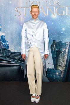Тильда Суинтон в Maison Margiela на премьере фильма «Доктор Стрэндж» в Берлине