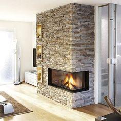 Grâce au parement Vercors de Meseo, la cheminée prend une nouvelle dimension dans la pièce. Sa mise en valeur donne un aspect plus chaleureux à la pièce, donnant du caractère à la décoration sobre.