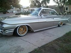 61 bubletop gold diggers count my gold plated spokes laughed at song i have 18 inch datytons to small for me! 1961 Chevy Impala, 66 Impala, Chevrolet Impala, Custom Trucks, Custom Cars, Chicano, Lo Rider, Old School Cars, American Muscle Cars