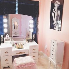 The room I would have for my daughter as a child! Closet Vanity, Vanity Room, Decoration Inspiration, Room Inspiration, My New Room, My Room, Dream Rooms, Dream Bedroom, Makeup Rooms