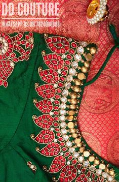 Mango Mala is a traditional South Indian necklace. Here the blouse is intricately set… New Blouse Designs, Wedding Saree Blouse Designs, Silk Saree Blouse Designs, Sari Blouse, Blouse Patterns, Boat Neck Saree Blouse, Mango Mala Jewellery, Gold Jewellery, Quartz Jewelry