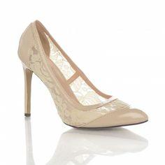 Pantofi Dania - Crem Pantofii Dania au un model deosebit din dantela pe partile laterale, care permite picioarelor sa respire. Acesti pantofi cocheti si feminini sunt practici deoarece au un toc comod de numai 10 cm. Nuanta neutra a acestor pantofi le permite asortarea cu o gama larga de culori si nuante.