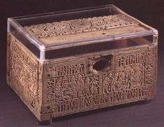 Franks Casket a small box of carved whalebone produced by Viking craftsmen in Northumbria at the end of the cent. The lid and sides have runic inscriptions, and the motifs carved with scenes both from Norse and Classical mythology and Christianity. Viking Culture, Old Norse, Viking Art, Norse Vikings, Le Far West, Anglo Saxon, Ancient Artifacts, Casket, British Museum