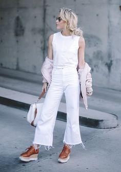 Street style look blusa branca, calça cropped, jaqueta rosa e sapato tratorado.
