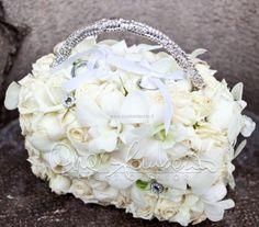 Portafedi elegante e sofisticato per un matrimonio candido e regale.