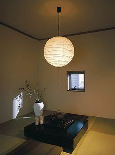 """""""洋室のインテリアにはとてもこだわっていても、和室をどうしたらおしゃれにできるのか悩んでいる人は多いのではないでしょうか。 実は、照明を替えてみるだけで和室の印象が驚くほどかんたんにおしゃれになります。高度なテクニックはなし! 照明を替えるだけで、和室の印象が劇的に変わります。"""""""