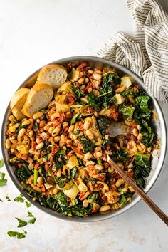 A Tuscan White Bean Skillet is the ultimate way to change up your easy weeknight meals! Great flavors from garlic, sun-dried tomatoes, and artichoke hearts, and easy to make in under 30 minutes! Perfect easy vegetarian meal. Vegetarian Recipes Easy, Easy Dinner Recipes, Cooking Recipes, Healthy Recipes, Vegetarian Barbecue, Barbecue Recipes, Vegetarian Cooking, Vegetable Recipes, Healthy Grilling