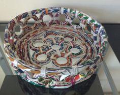Reciclado hecho a mano alrededor de la cesta de papel