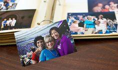 Uma fotografia de irmãs felizes a assistir a um congresso