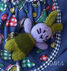 Petit doudou de poche à tricoter / Pattern to knit a pocket bunny / Maly kruliczek na drutach