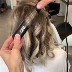 Flat Iron Short Hair, Curling Hair With Flat Iron, Hair Curling Tips, Curl Hair With Straightener, Flat Iron Curls, How To Curl Hair With Flat Iron, Curling Short Hair, Hair Curling Techniques, Curling Hair With Straightner