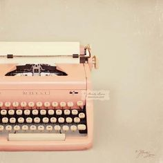 I want a pink vintage typewriter so bad.