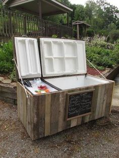 Rustic Cooler From Broken Refrigerator and Pallets Awesome rustic cooler from a re-purposed refrigerator and pallets.Awesome rustic cooler from a re-purposed refrigerator and pallets. Backyard Projects, Outdoor Projects, Home Projects, Weekend Projects, Diy Cooler, Wood Cooler, Cooler Stand, Homemade Cooler, Pallet Cooler