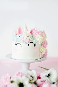 Learn how to make a beautiful Unicorn Cake from thepartyparade.com!