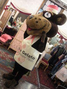 """Mascotte Orso Bruno realizzata per la gelateria """"Caffè e Gelato & co."""" a Potsdamerplatz , Berlino"""